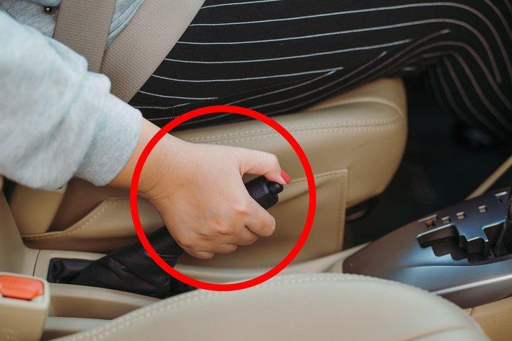 Ô tô số tự động dễ hỏng vì các thói quen thường thấy này - Lười dùng phanh tay