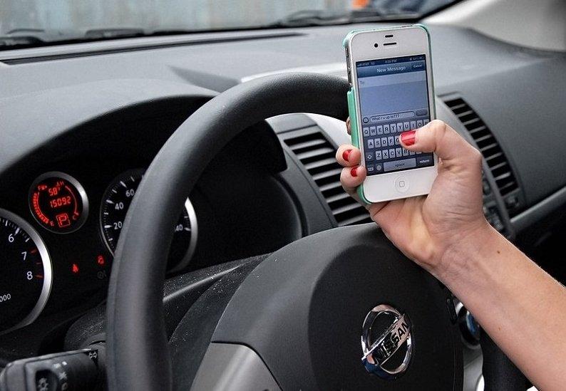 Sử dụng điện thoại khi điều khiển ô tô sẽ bị phạt đến 800 nghìn đồng.