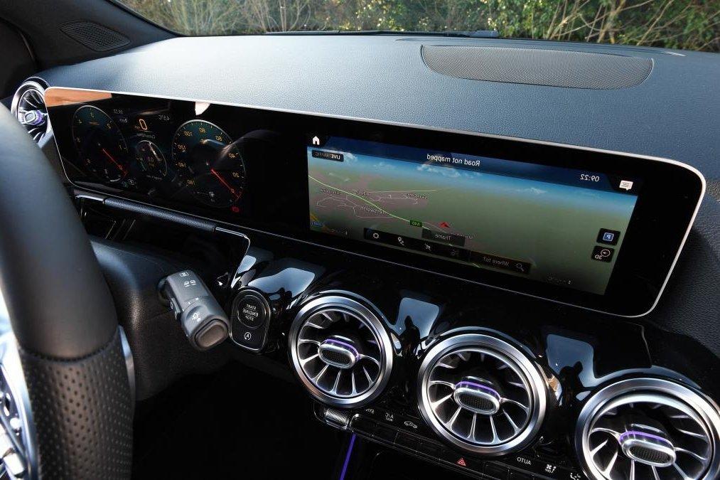 Đánh giá xe Mercedes-Benz B-Class 2020 về trang bị tiện nghi: màn hình MUBX