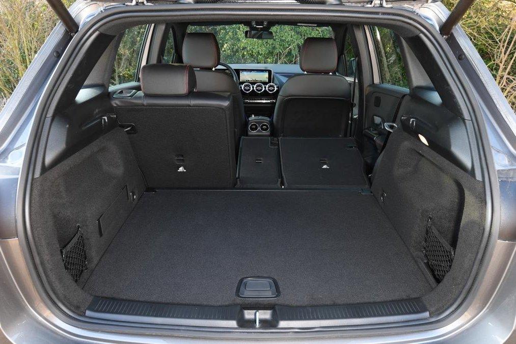 Đánh giá xe Mercedes-Benz B-Class 2020: chính diện khoang hành lý