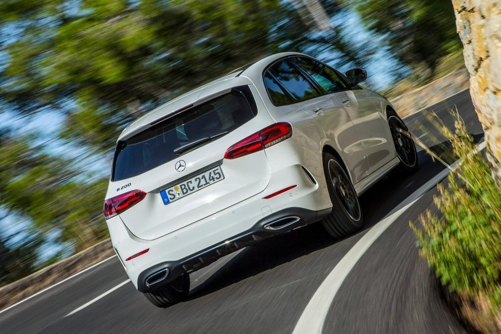 Đánh giá xe Mercedes-Benz B-Class 2020 về vận hành: góc 3/4 đuôi xe đang chạy