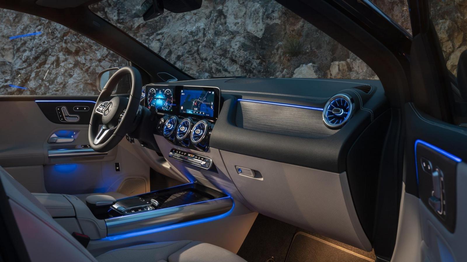 Đánh giá xe Mercedes-Benz B-Class 2020 về trang bị tiện nghi: góc 3/4 nội thất