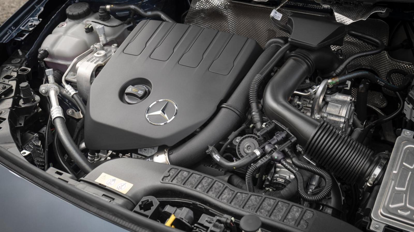 Đánh giá xe Mercedes-Benz B-Class 2020 về động cơ: góc 3/4 động cơ xe 2