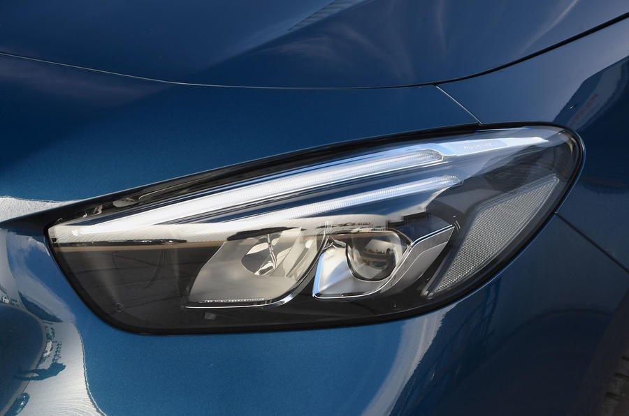 Đánh giá xe Mercedes-Benz B-Class 2020 về đầu xe; đèn pha