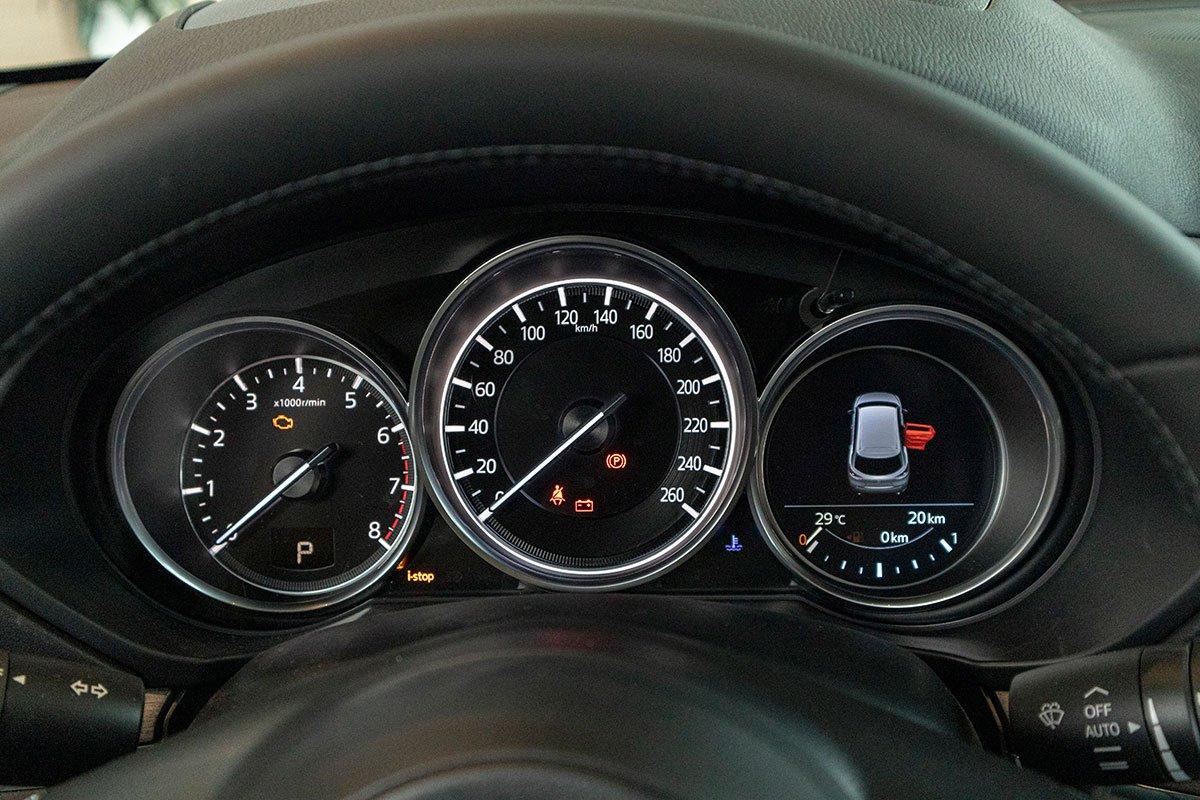 Ảnh chụp đồng hồ sau lái Mazda CX-8 2019
