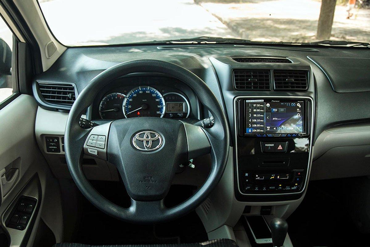 Đánh giá xe Toyota Avanza 2019 1.5 AT: Vô-lăng 3 chấu urethane nhưng bảng đồng hồ đã được tỉnh chỉnh lại.