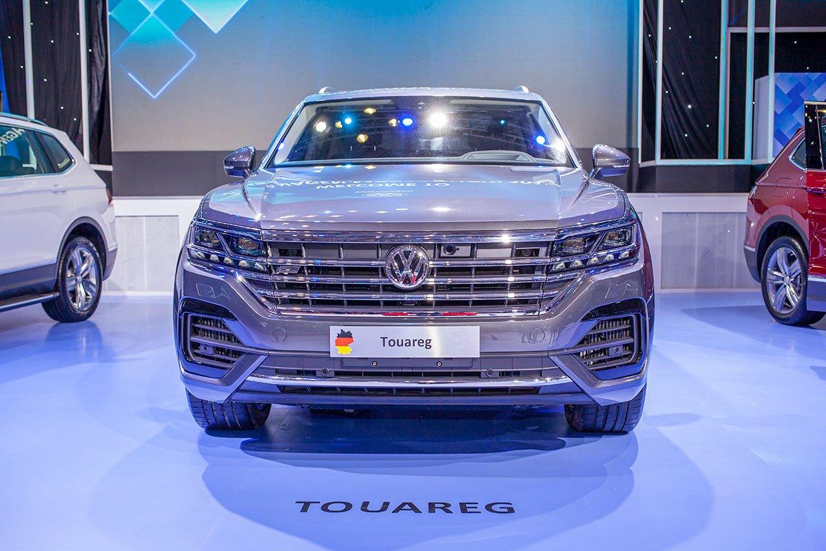 Volkswagen Touareg sở hữu lưới tản nhiệt mở rộng với các thanh sáng ngang bóng.