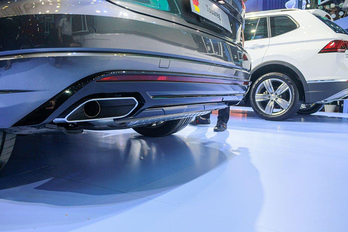 Ống xả dạng tròn viền chrome sáng của Volkswagen Touareg 2020.