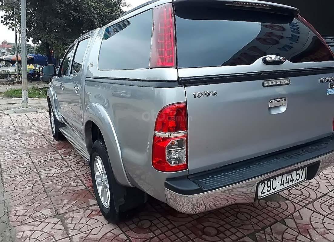 Cần bán lại xe Toyota Hilux 2.5E 4x2 MT đời 2014, màu bạc, nhập khẩu nguyên chiếc (2)