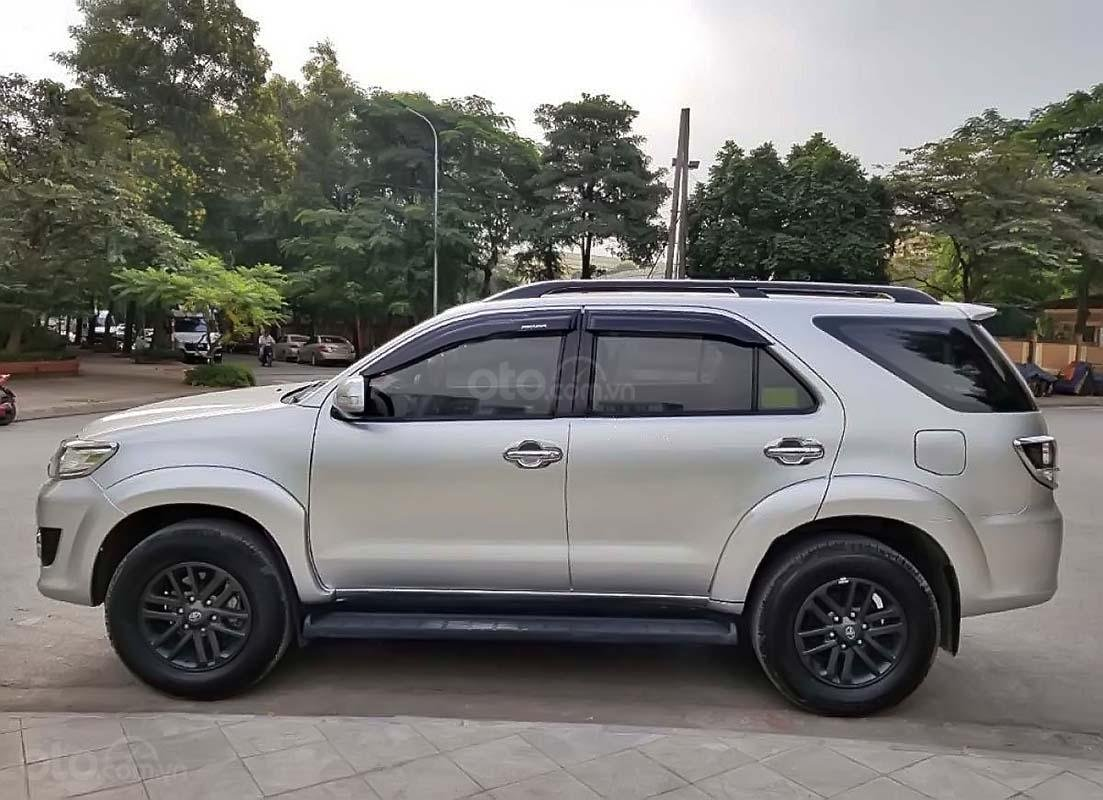 Bán Toyota Fortuner 4x2 AT đời 2015, màu bạc số tự động (3)