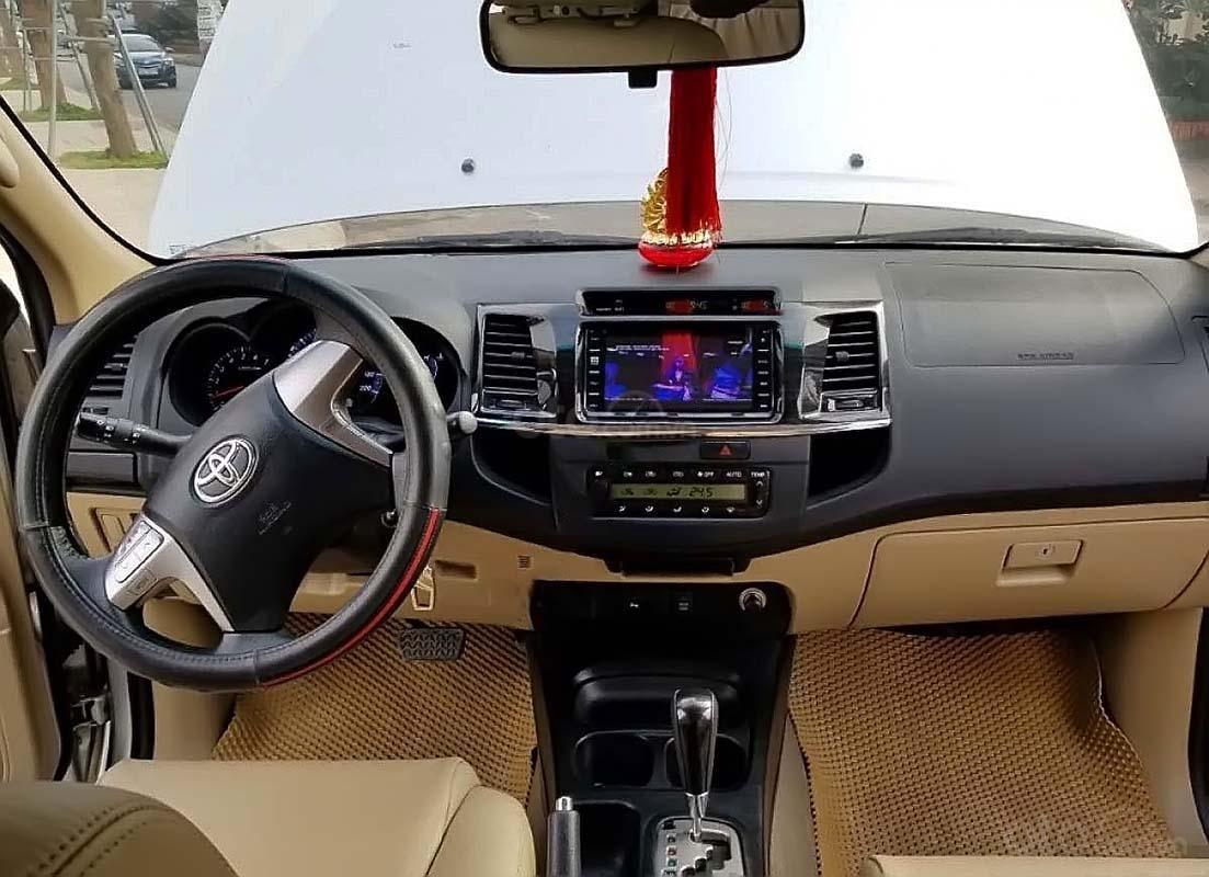 Bán Toyota Fortuner 4x2 AT đời 2015, màu bạc số tự động (4)