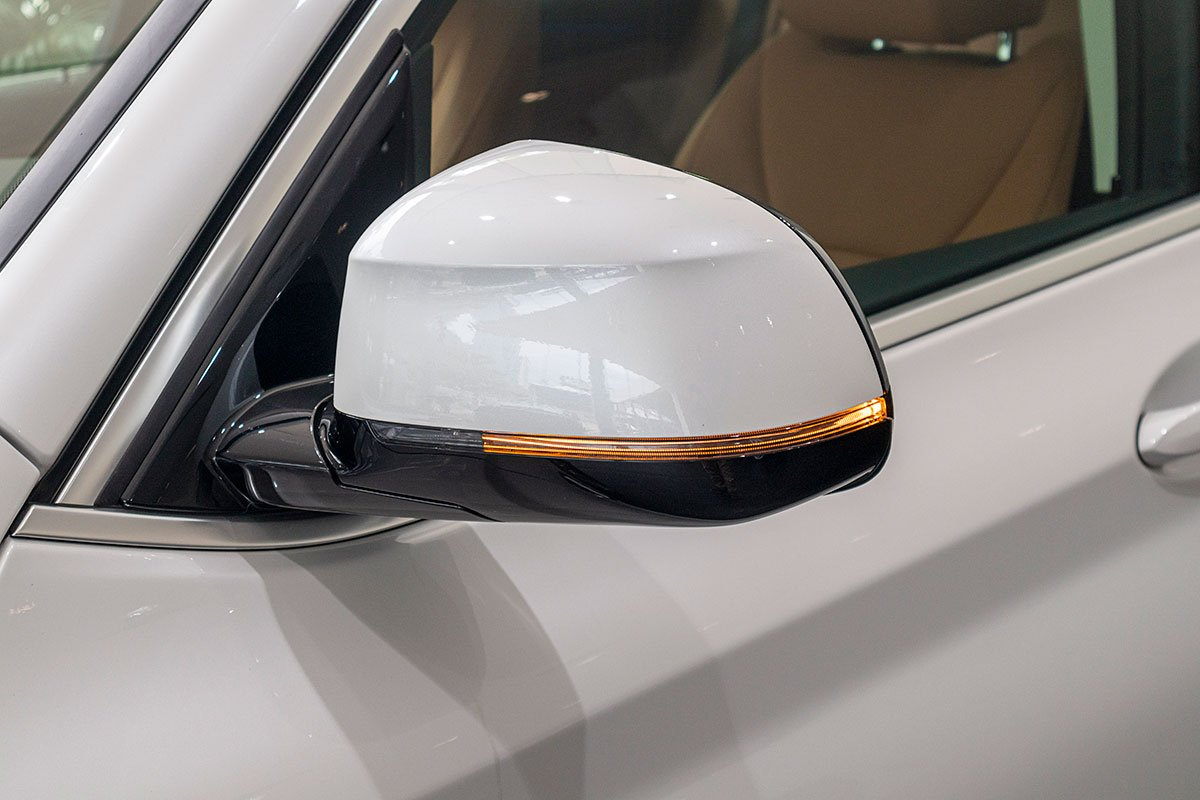 Đánh giá xe BMW X3 2019: Gương chiếu hậu tích hợp xi-nhan LED.
