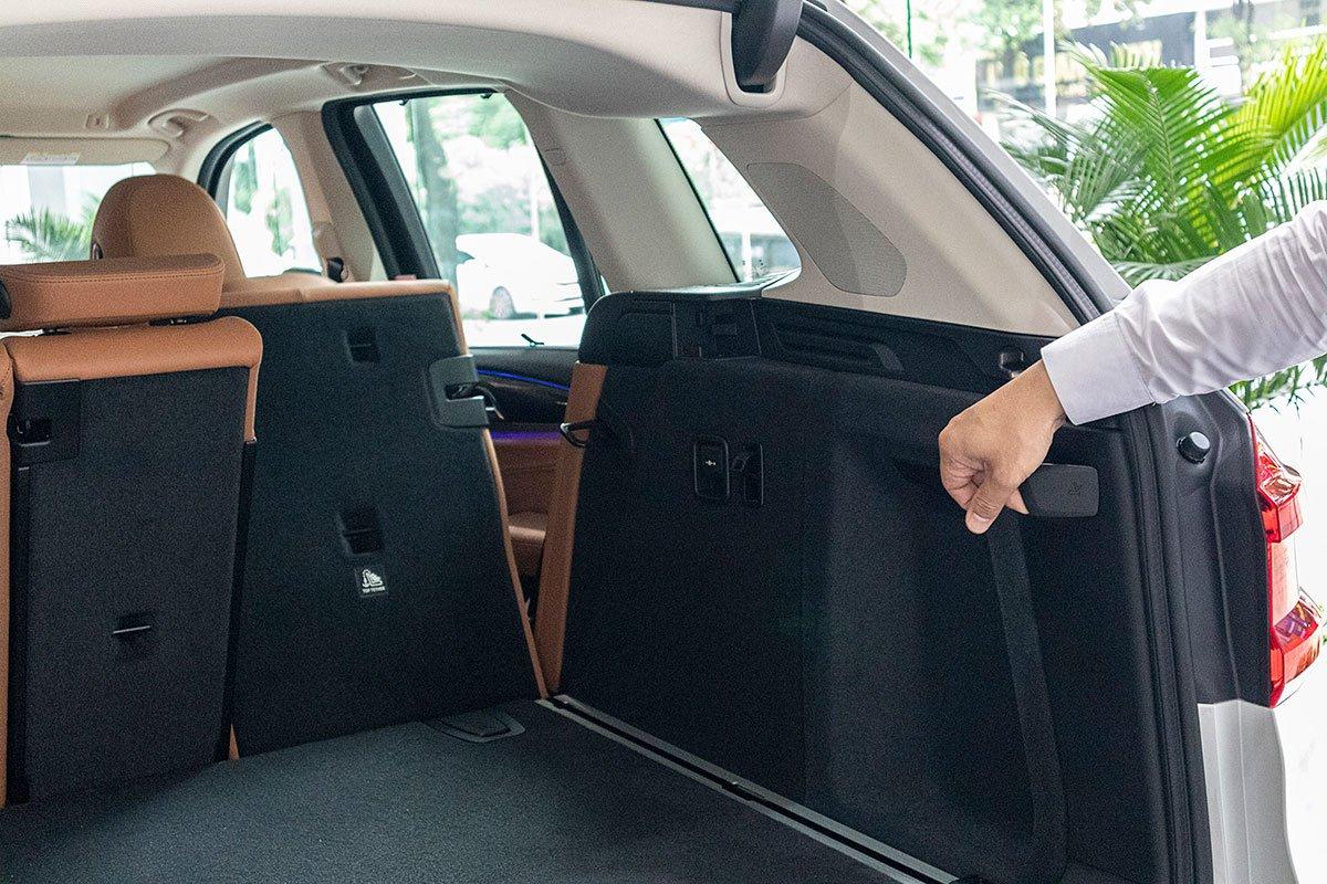 Đánh giá xe BMW X3 2019: Hàng ghế sau dễ dàng gập xuống chỉ với 1 thao tác gạt.