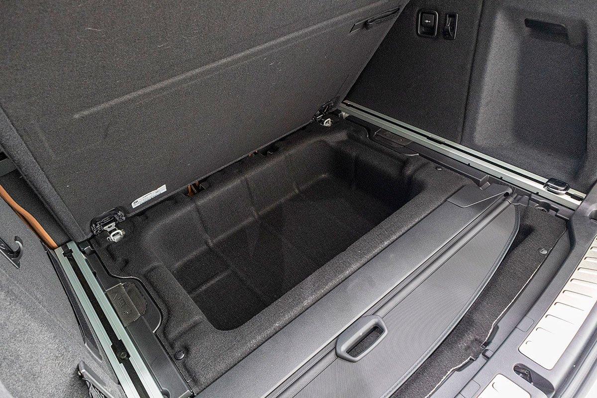 Đánh giá xe BMW X3 2019: Mặt sàn có thêm khoang chứa đồ phụ.