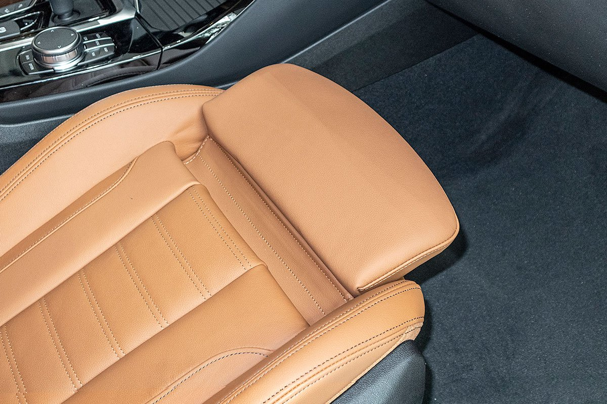 Đánh giá xe BMW X3 2019: Đệm đỡ chân chỉnh cơ.