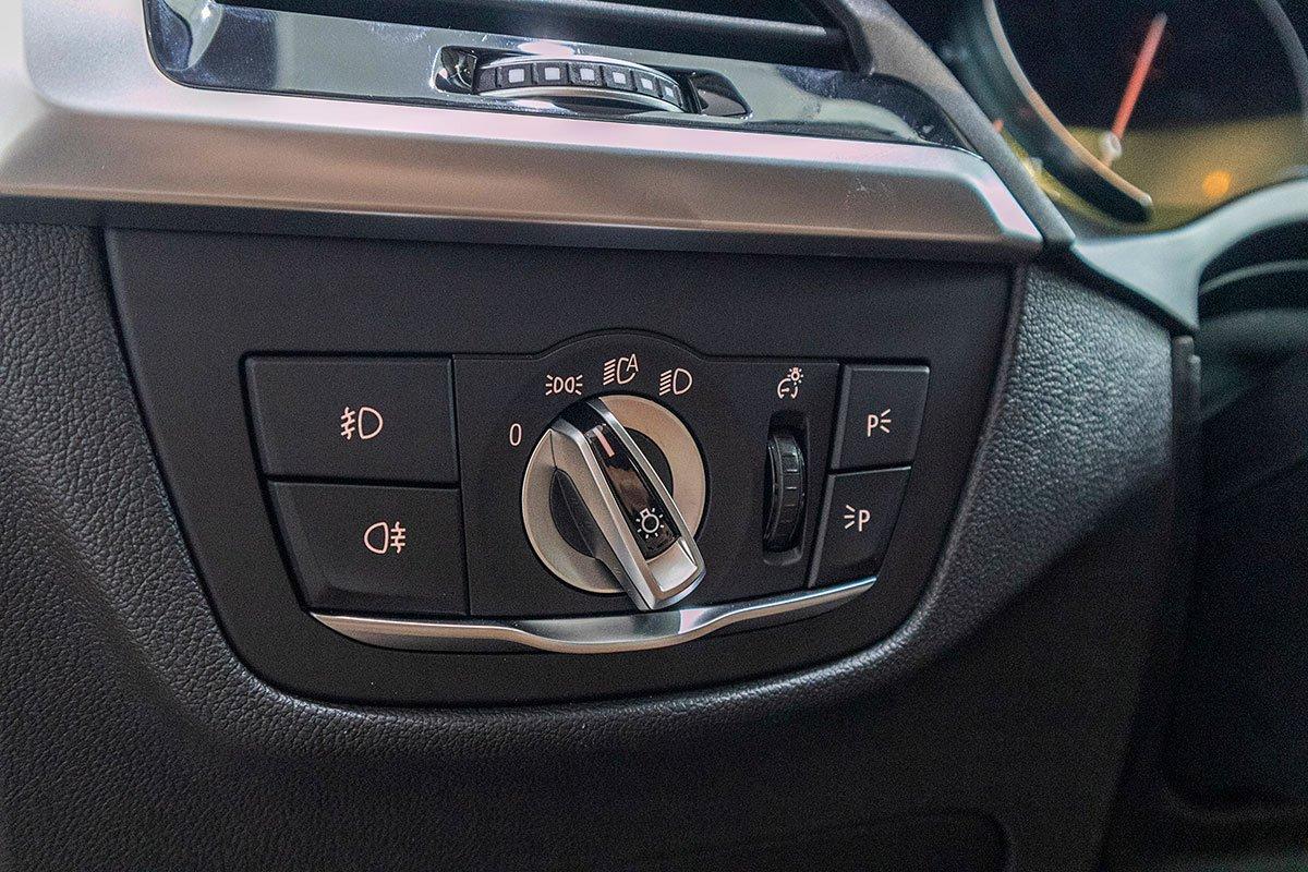 Đánh giá xe BMW X3 2019: Đèn pha tự động.