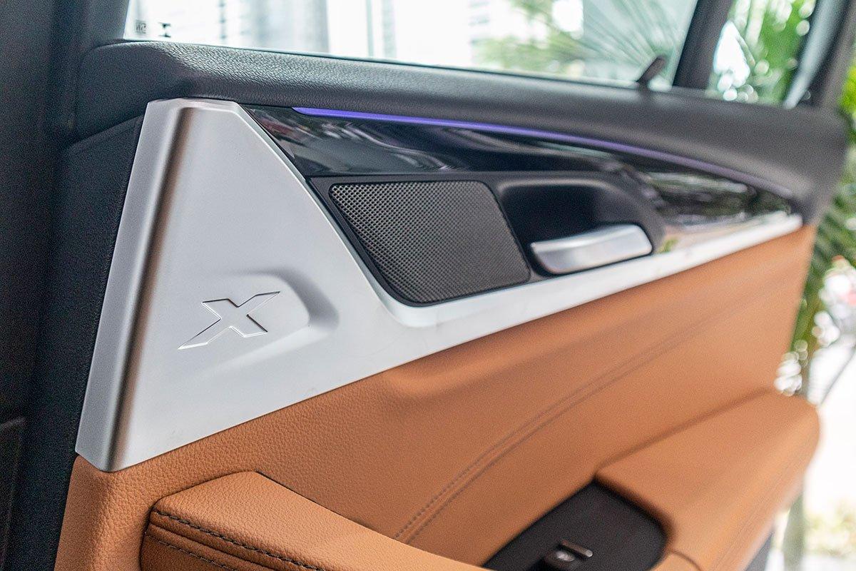 Đánh giá xe BMW X3 2019: Logo X được thể hiện ở nhiều vị trí trong xe.