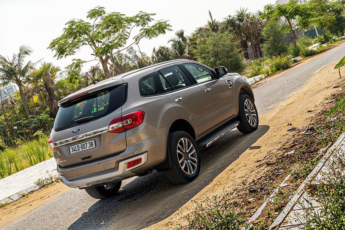 Đánh giá xe Ford Everest Titanium 2.0L Bi-Turbo 2019: Đuôi xe.