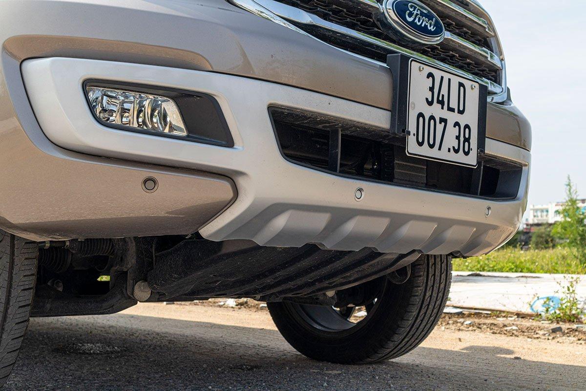 Đánh giá xe Ford Everest Titanium 2.0L Bi-Turbo 2019: Ốp cản trước.