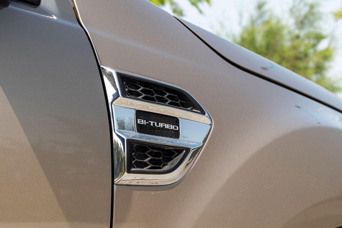 Đánh giá xe Ford Everest Titanium 2.0L Bi-Turbo 2019: Ốp vây cá bên hông.