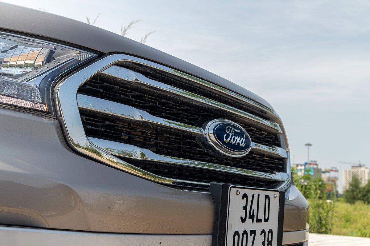 Đánh giá xe Ford Everest Titanium 2.0L Bi-Turbo 2019: Lưới tản nhiệt.