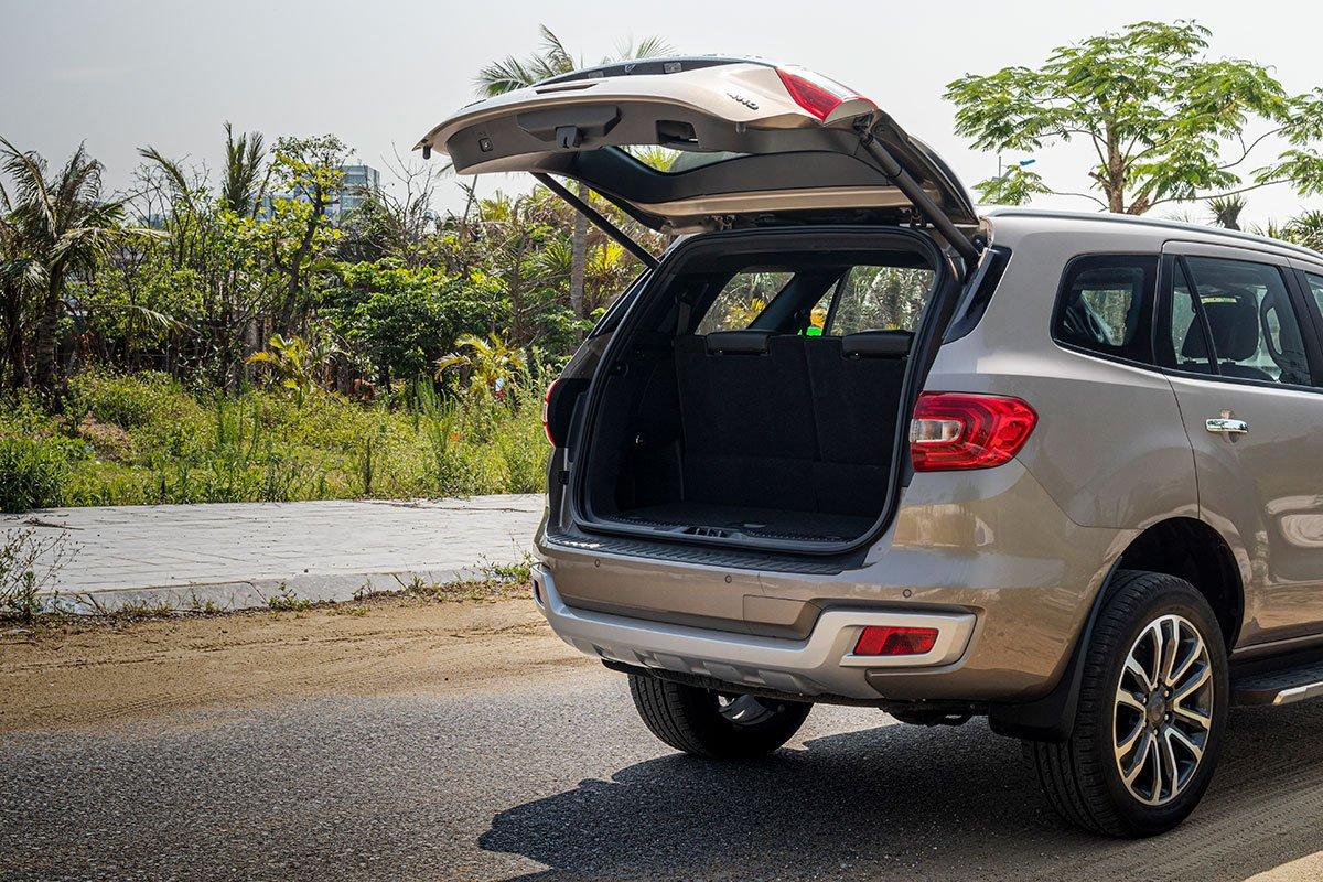 Đánh giá xe Ford Everest Titanium 2.0L Bi-Turbo 2019: Cửa cốp đóng mở điện.