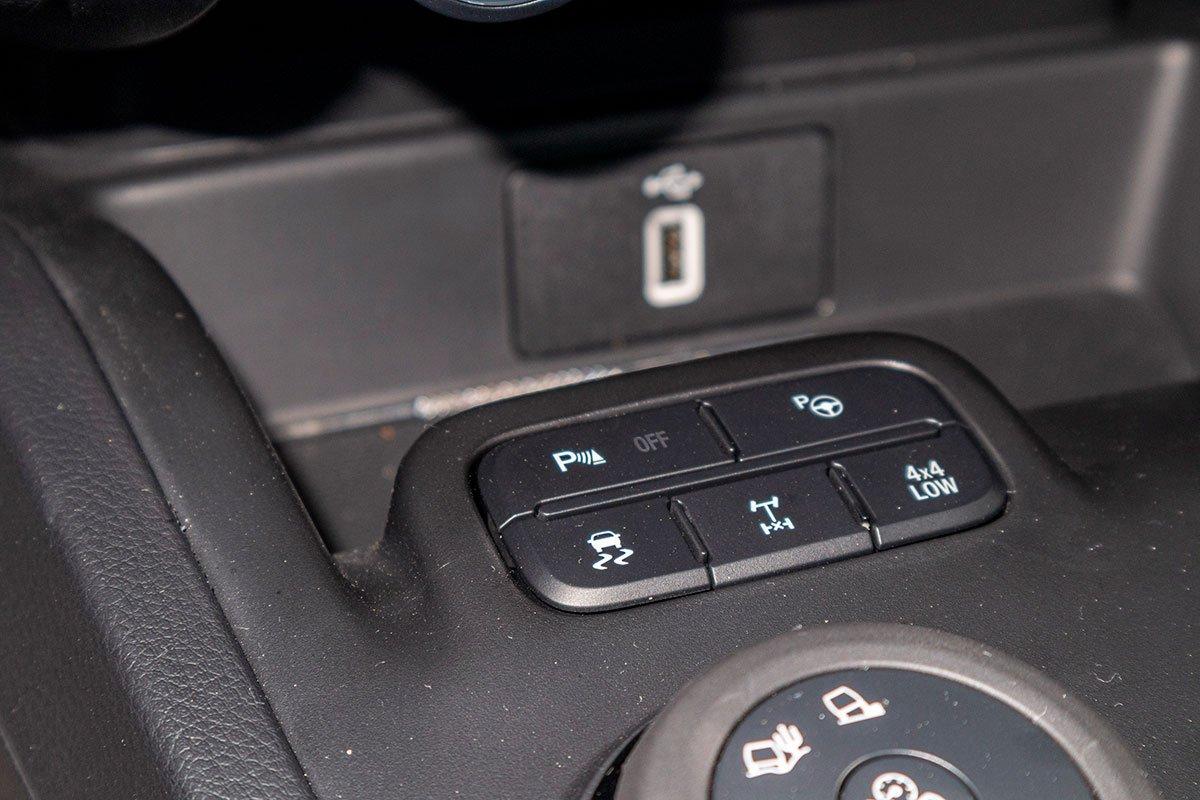 Đánh giá xe Ford Everest Titanium 2.0L Bi-Turbo 2019: Khoá visai cầu sau và chế độ lái 4 bánh ở tốc độ thấp.