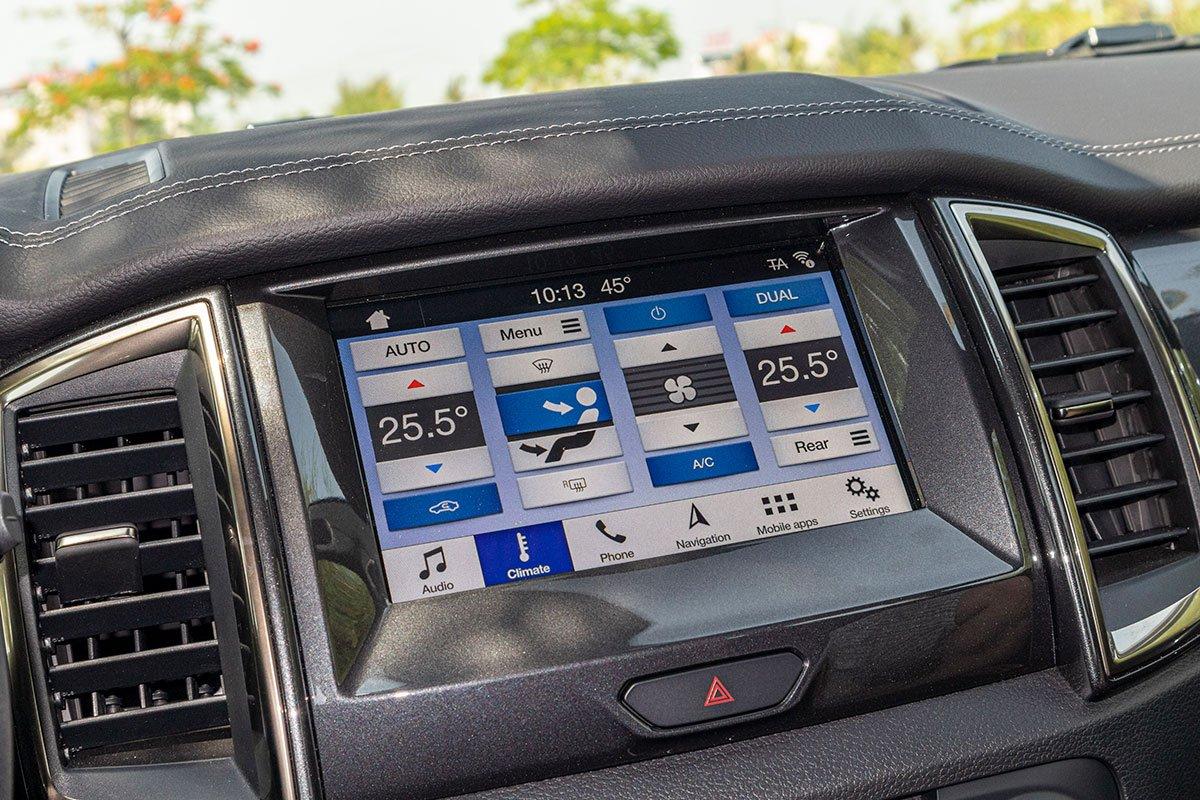 Đánh giá xe Ford Everest Titanium 2.0L Bi-Turbo 2019: Màn hình giải trí 8 inch.