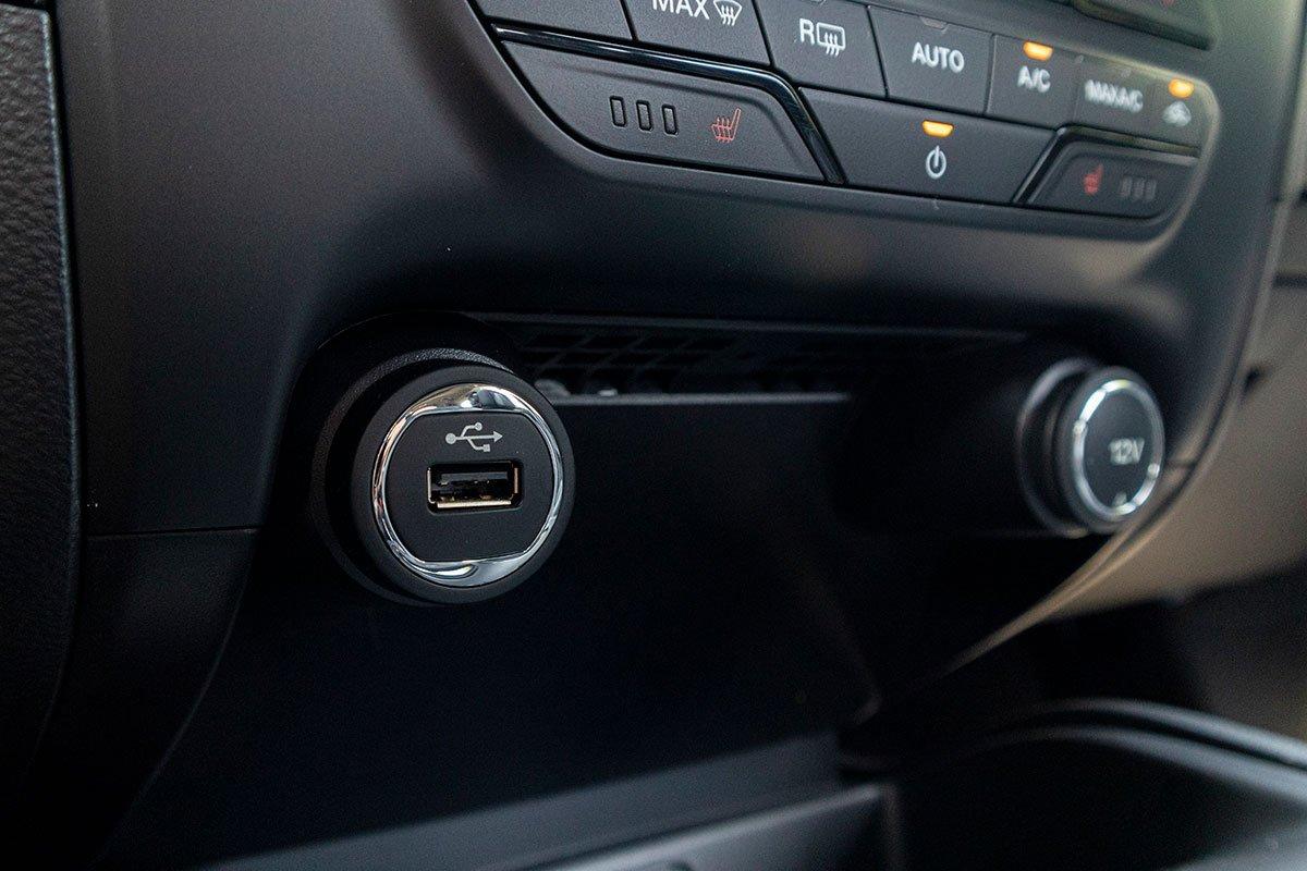 Đánh giá xe Ford Everest Titanium 2.0L Bi-Turbo 2019: Sấy hàng ghế trước.
