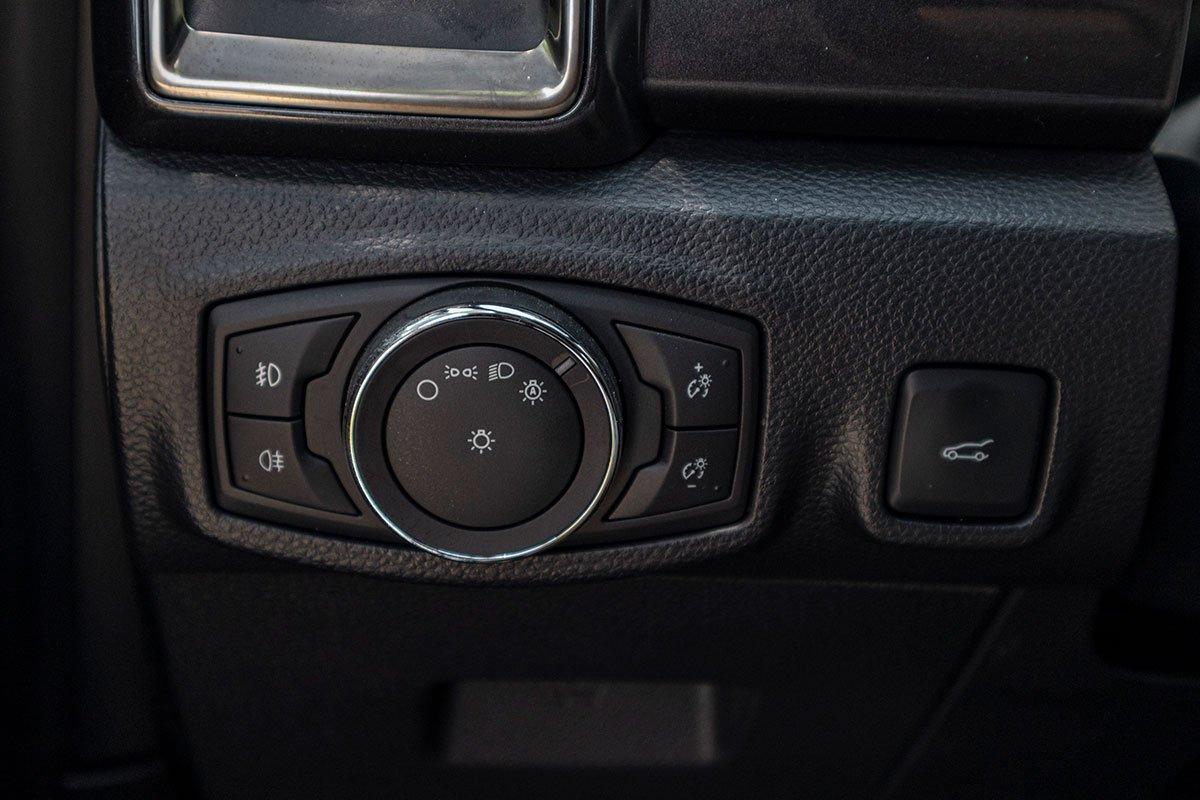 Đánh giá xe Ford Everest Titanium 2.0L Bi-Turbo 2019: Đèn pha tự động thích ứng.