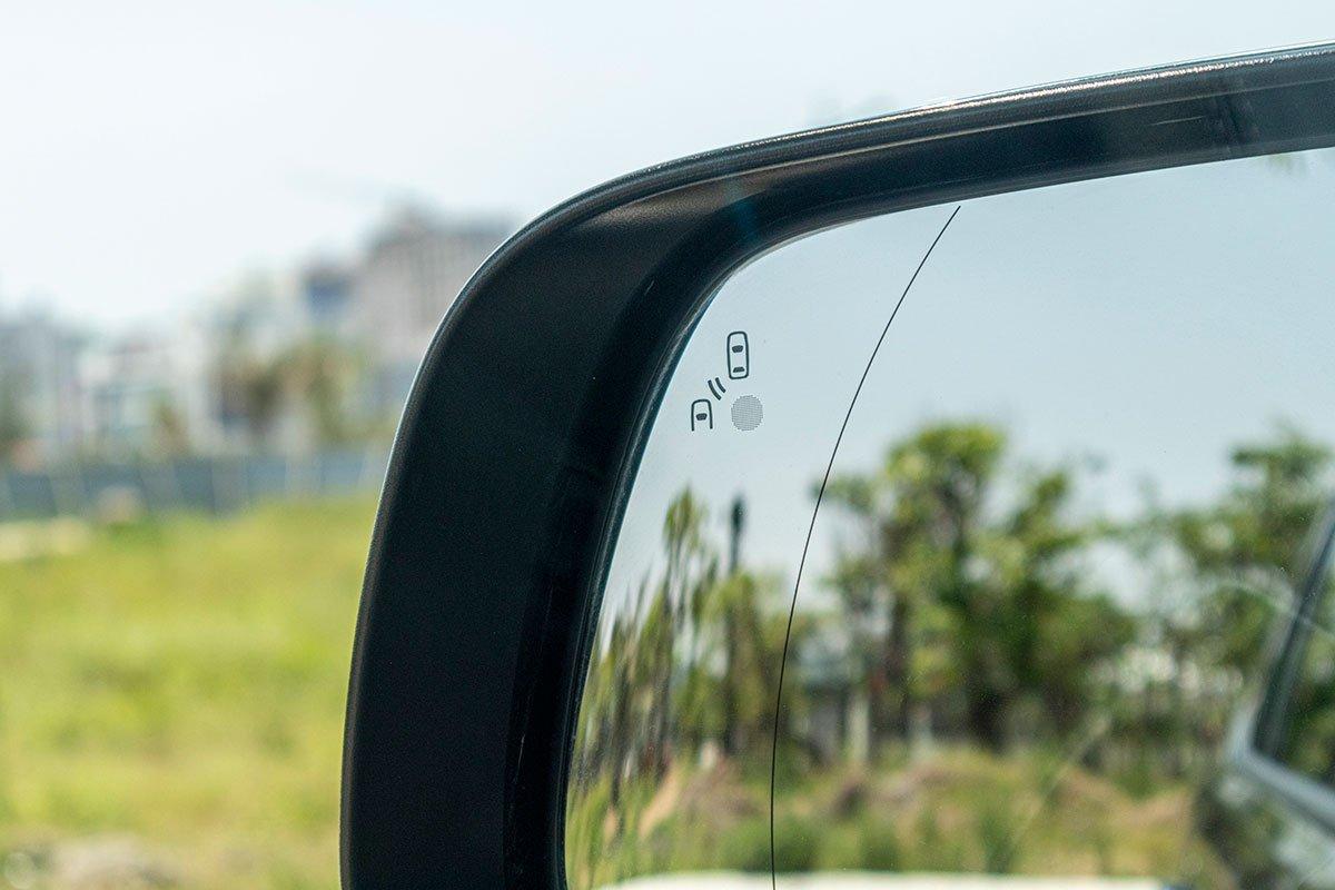 Đánh giá xe Ford Everest Titanium 2.0L Bi-Turbo 2019: Hệ thống cảnh báo điểm mù.