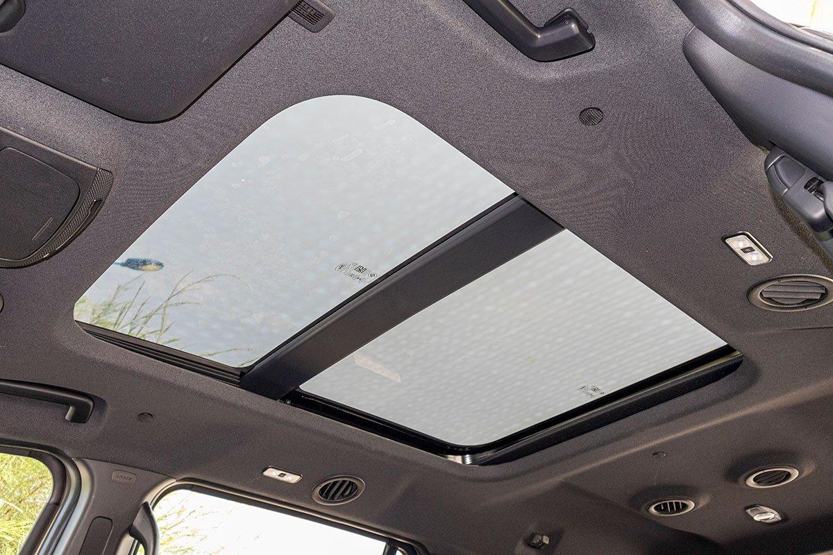 Đánh giá xe Ford Everest Titanium 2.0L Bi-Turbo 2019: Cửa sổ trời toàn cảnh.