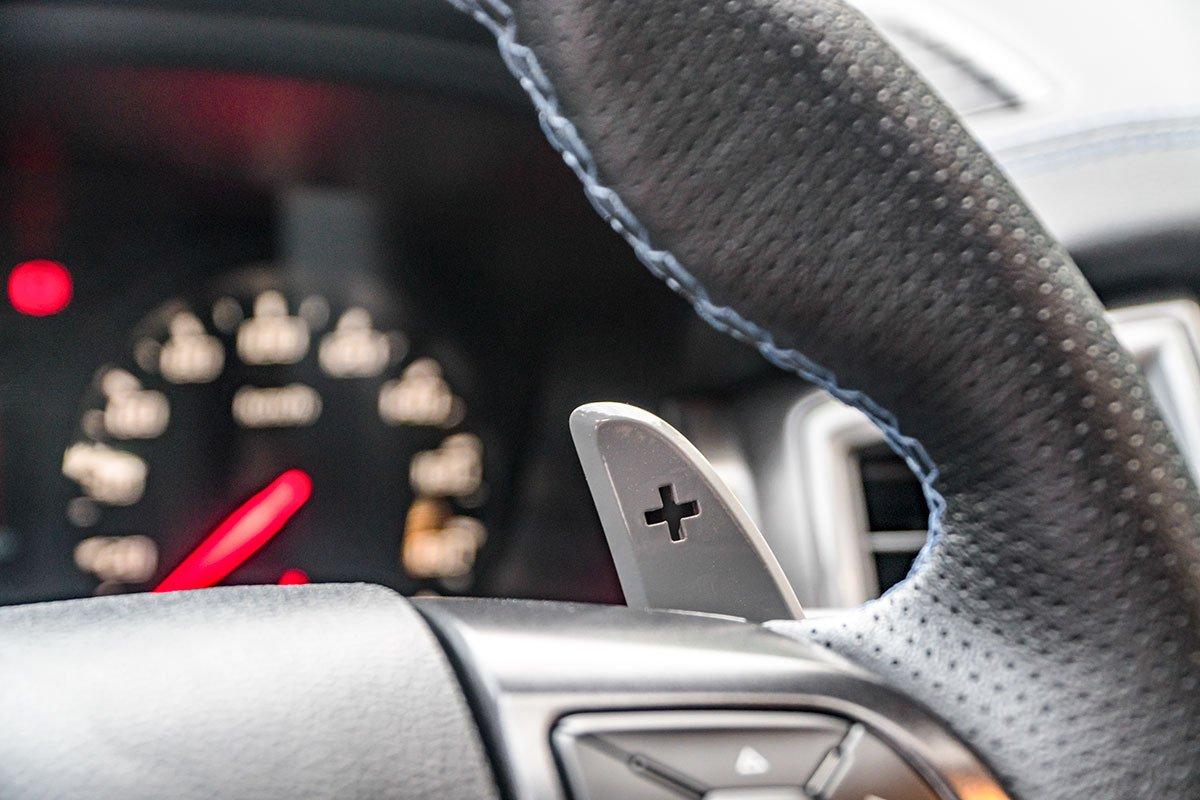 Đánh giá xe Ford Ranger Raptor 2019: lẫy chuyển số sau vô lăng.