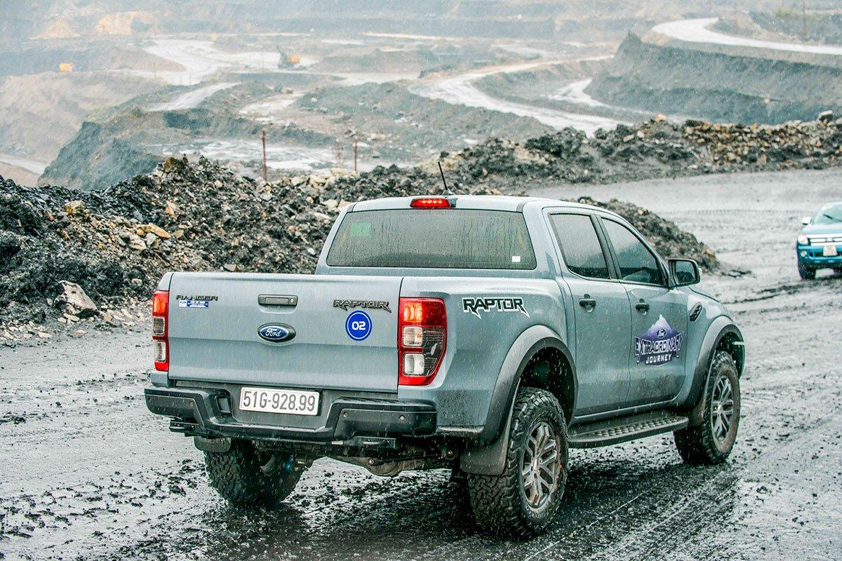 Đánh giá Ford Ranger Raptor 2019 về thiết kế đuôi xe 2