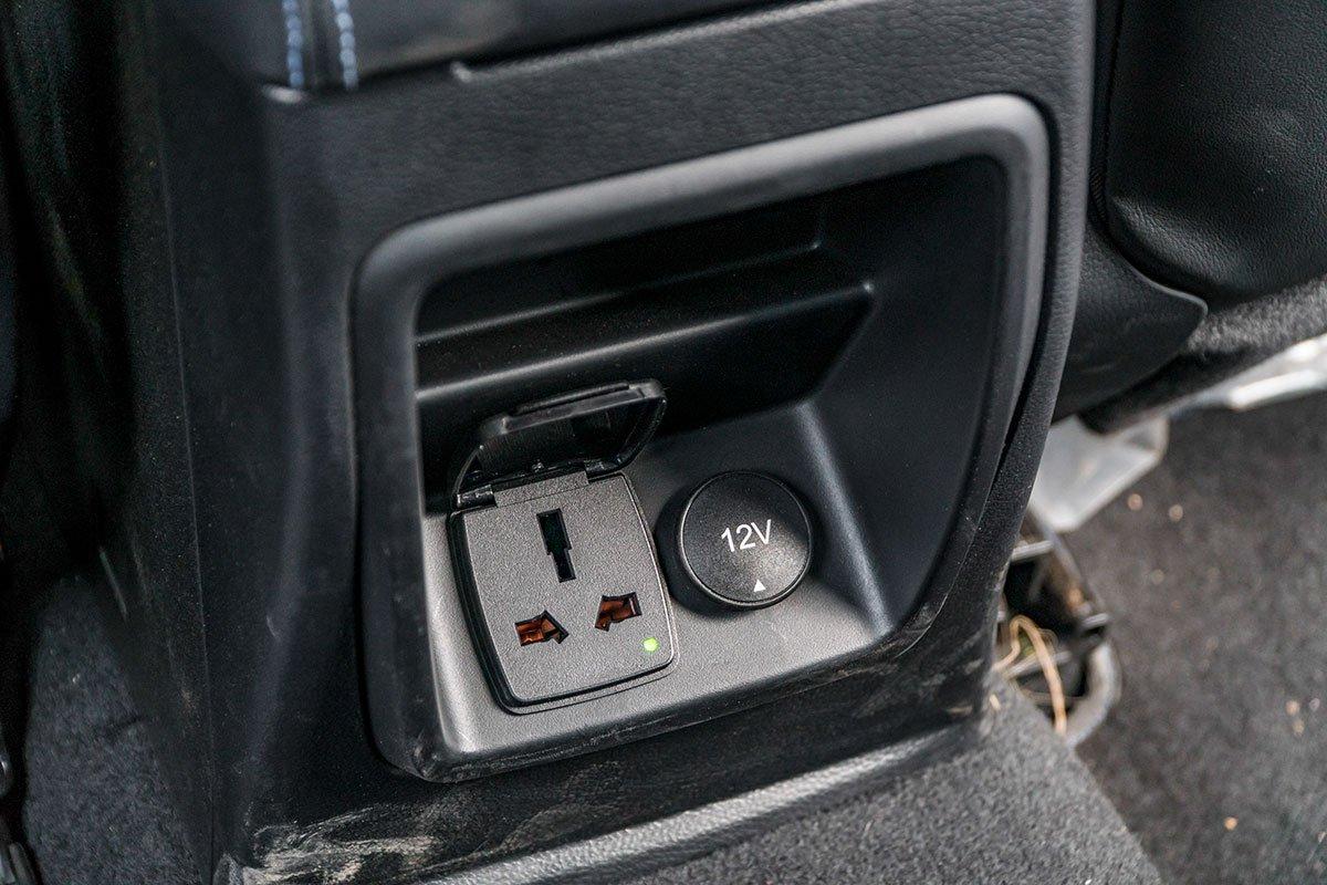 Đánh giá xe Ford Ranger Raptor 2019: Ổ điện và cổng kết nối cho hàng ghế sau.