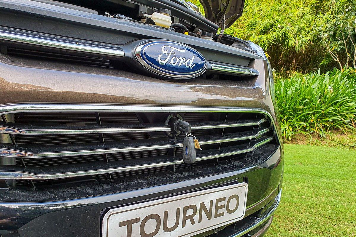 Đánh giá xe Ford Tourneo 2019: Nắp ca-pô phải mở bằng chìa khóa