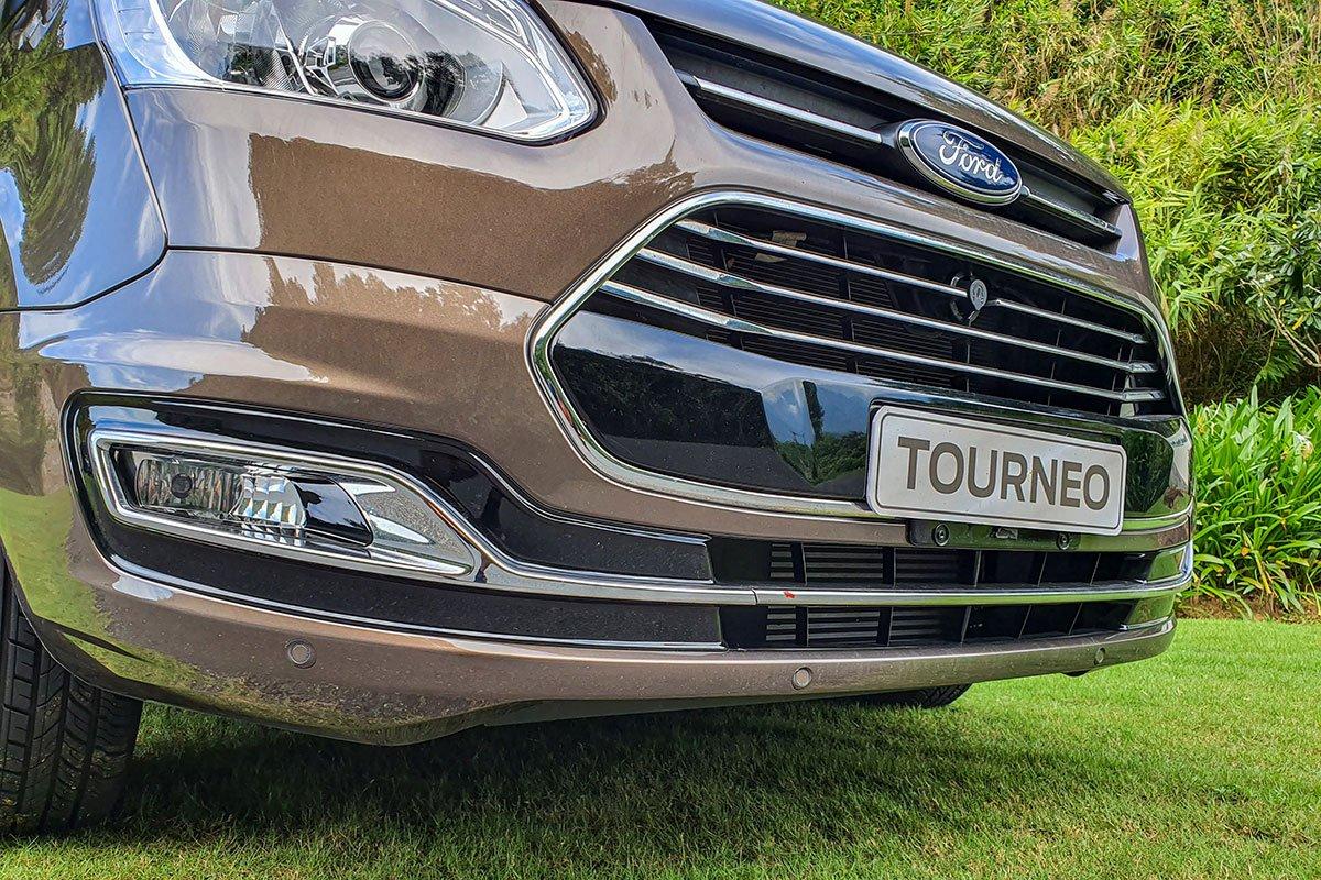 Đánh giá xe Ford Tourneo 2019: 4 cảm biến phía trước.