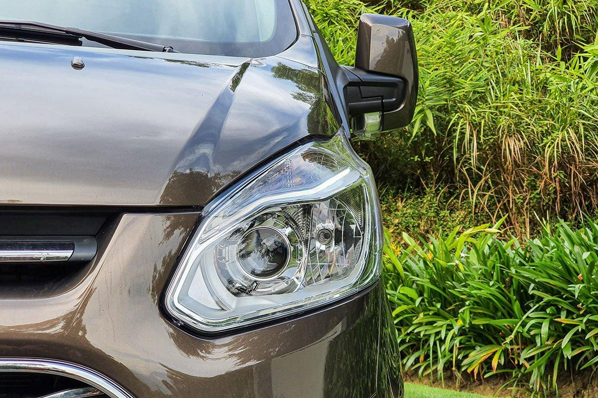 Đánh giá xe Ford Tourneo 2019: Cụm đèn pha Halogen Projector.