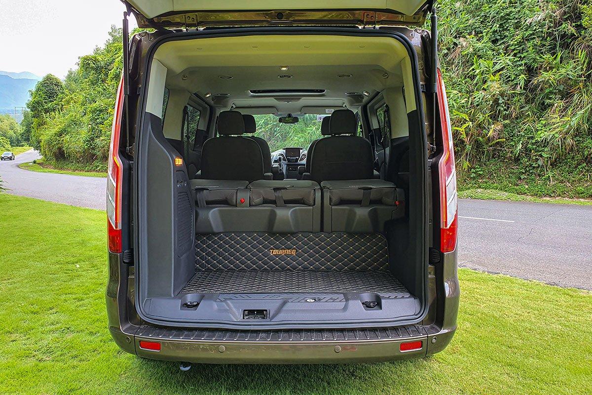Đánh giá xe Ford Tourneo 2019: Hàng ghế gập linh hoạt để gia tăng không gian để đồ phía sau.