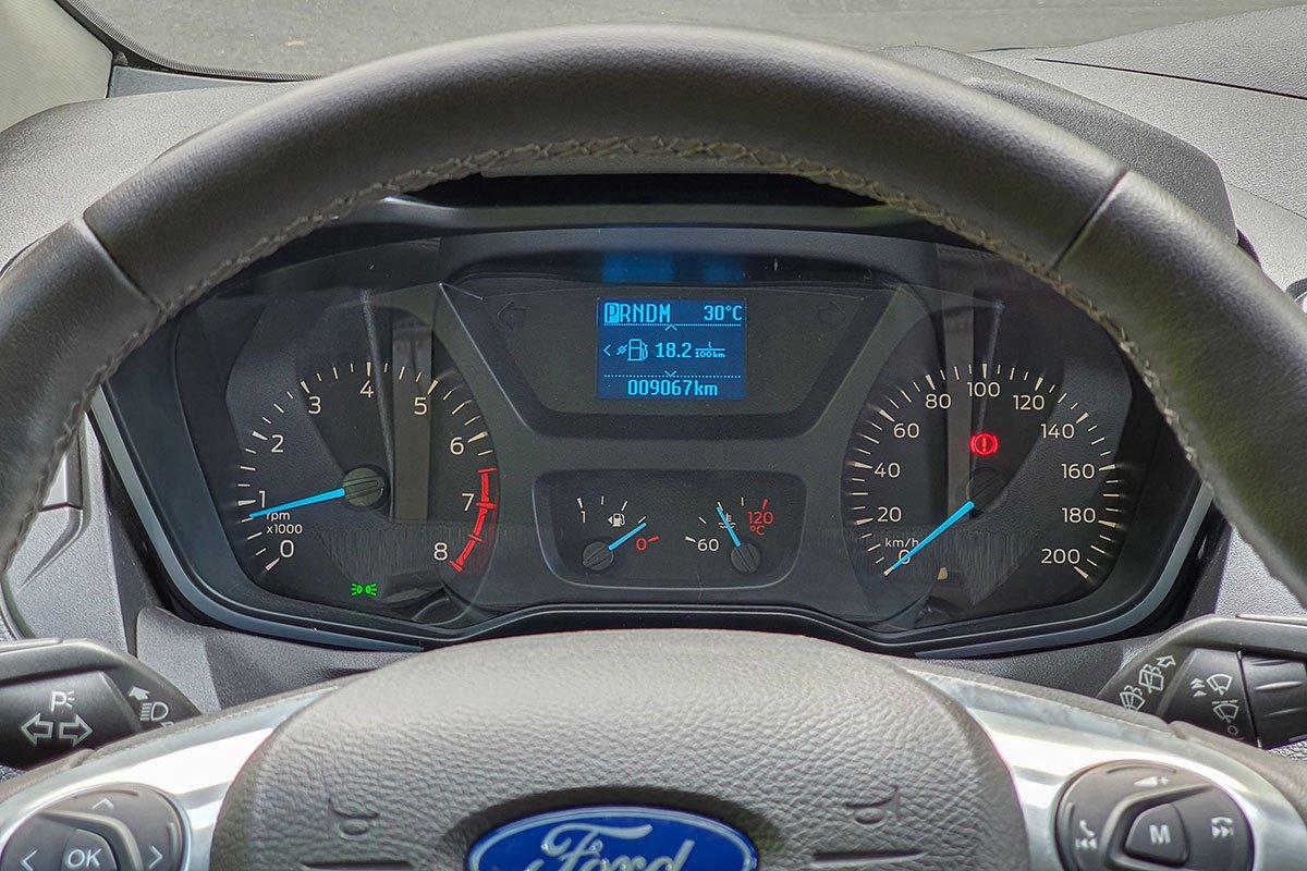 Đánh giá xe Ford Tourneo 2019: Bảng đồng hồ cho phép hiển thị nhiều thông tin hành trình.