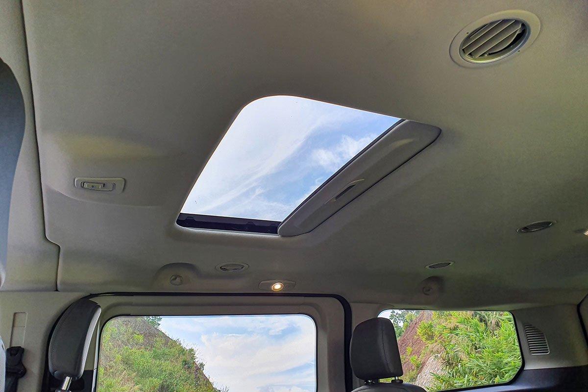 Đánh giá xe Ford Tourneo 2019: Cửa sổ trời cho hàng ghế thứ 2.