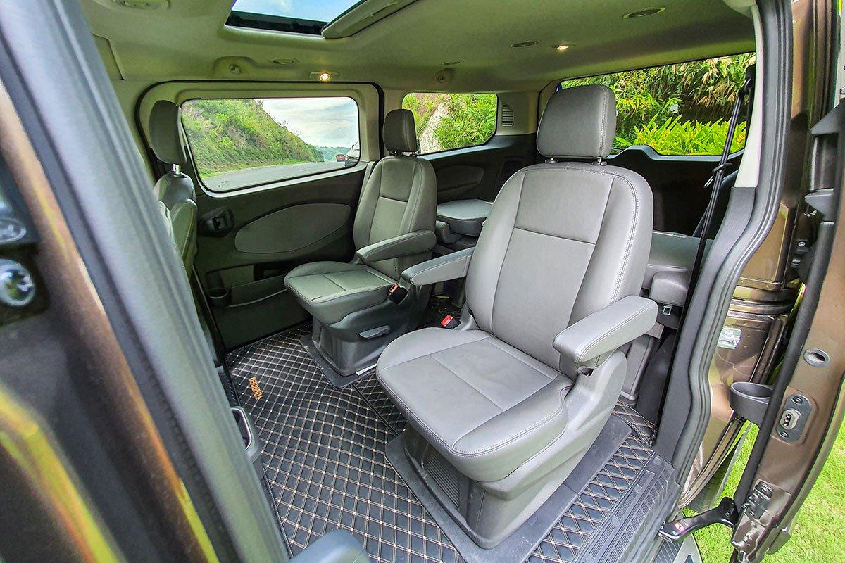 Đánh giá xe Ford Tourneo 2019: Hàng ghế thứ 2 được thiết kế độc lập cho 2 hành khách.