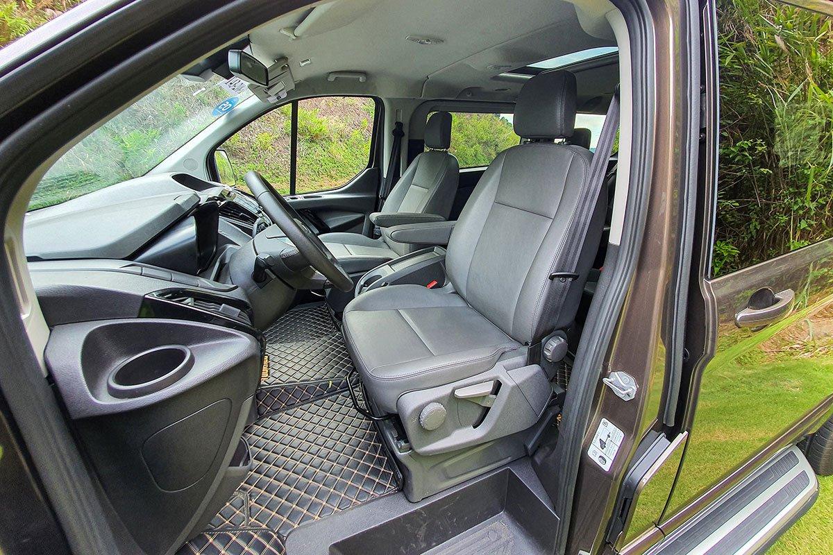 Đánh giá xe Ford Tourneo 2019: ghế lái trên phiên bản Trend chỉ trang bị chỉnh cơ 6 hướng trong khi bản Titanium sẽ có chỉnh điện 10 hướng.