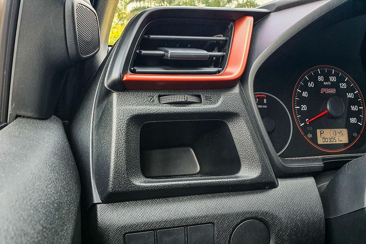 Đánh giá xe Honda Brio 2019: Hốc để đồ bên phía người lái.