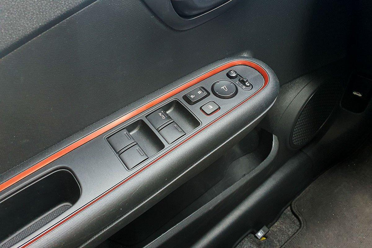 Đánh giá xe Honda Brio 2019: Kính phía lái hạ tự động.