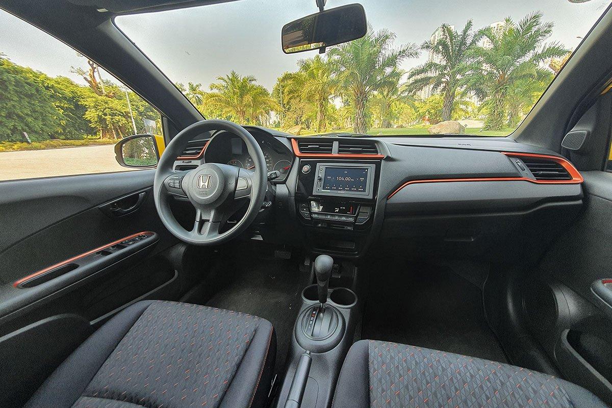 Đánh giá xe Honda Brio 2019: Nội thất phiên bản RS được điểm xuyết bằng các chi tiết màu cam.