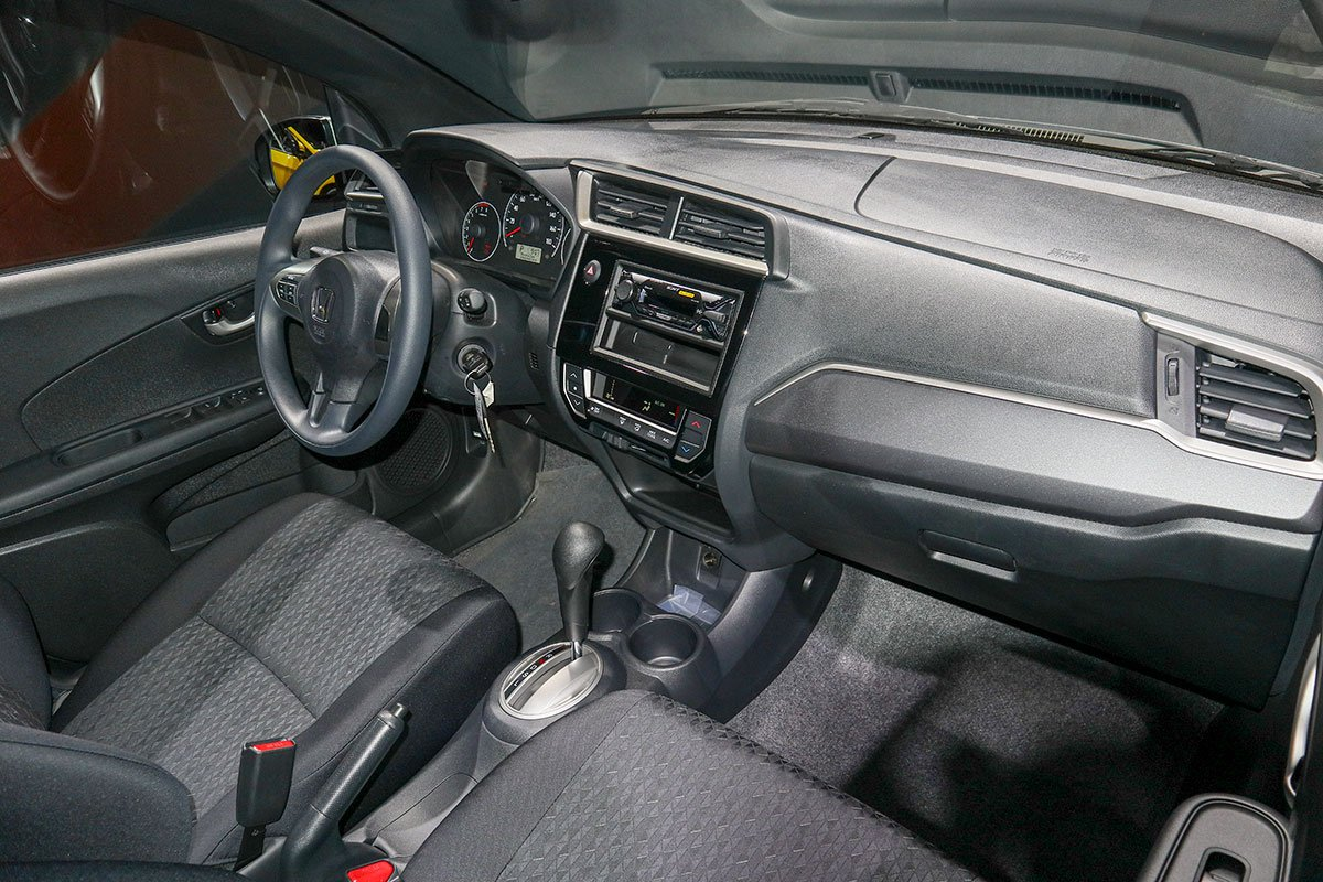 Đánh giá xe Honda Brio 2019: Nội thất phiên bản G sử dụng các đường trang trí mạ bạc tạo điểm xuyết trên nên nội thất đen mang lại cảm giác sang trọng.