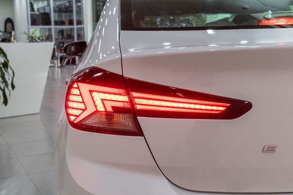 Đánh giá xe Hyundai Elantra 2019: Cụm đèn hậu LED dạng tia sét.