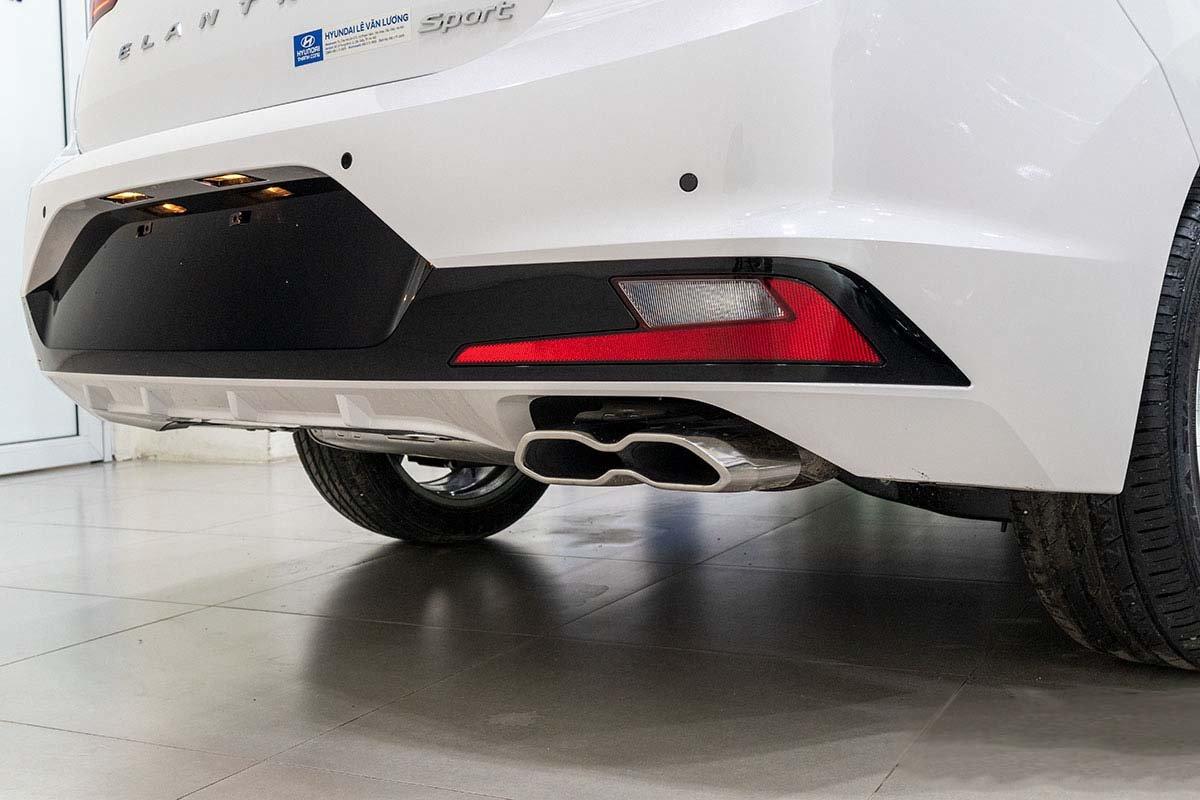 Đánh giá xe Hyundai Elantra 2019: Cản sau được thiết kế lại với sự xuất hiện của tấm khuếch lưu.