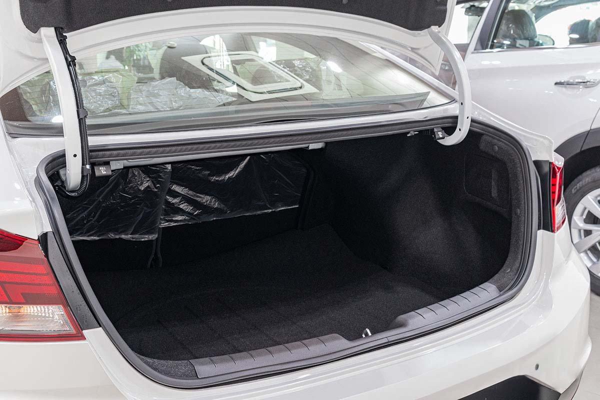 Đánh giá xe Hyundai Elantra 2019: Cốp sau có dung tích 408 lít.